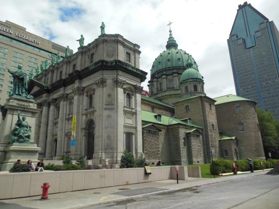 A bela basílica Marie Reine du Monde, na René Lévesque