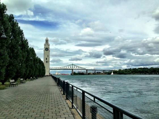 Rio Saint Laurent e, ao fundo, a Torre do relógio