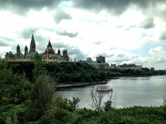 Parlamento e rio Ottawa vistos do Major's Hill Park