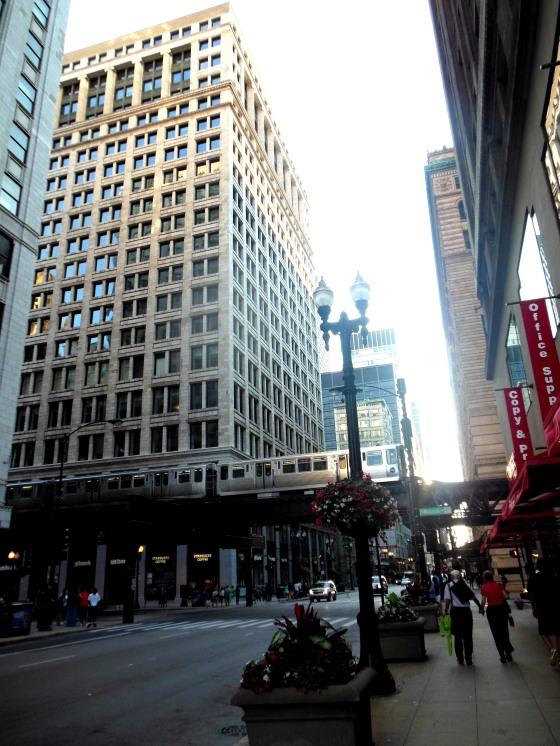 Prédios dividem espaço com o metrô no centro de Chicago