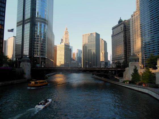Rio Chicago emoldurado pelos belos prédios da cidade