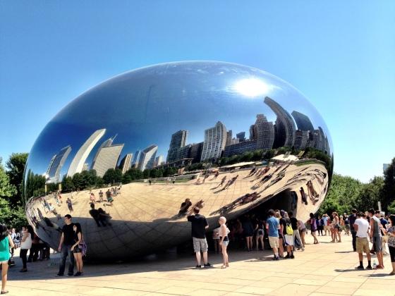 Escultura reflete os prédios e o céu de Chicago