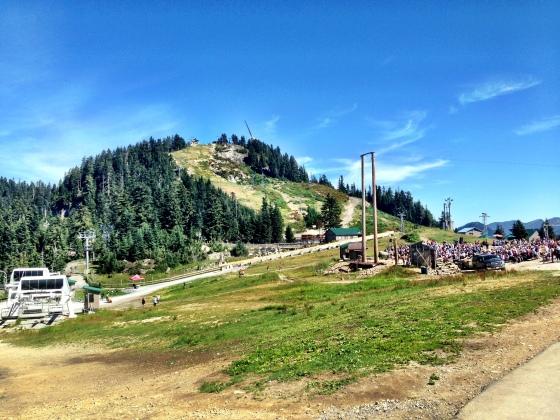No inverno, aquela montanha ao fundo vira pista de esqui